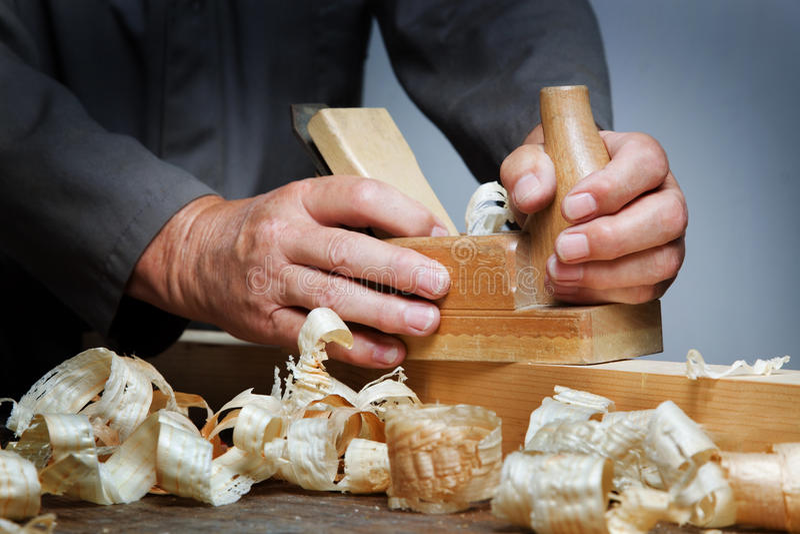 Timmerlieden met hout stock afbeeldingen