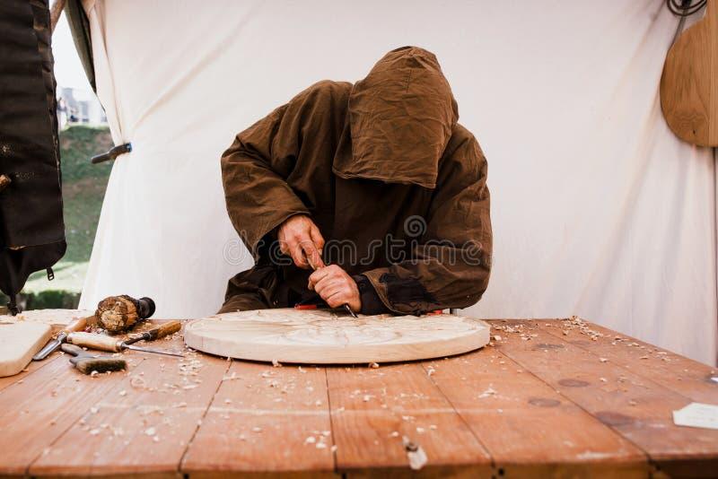 Timmerman die in de workshop werken Mens aan het werk aangaande hout stock foto's