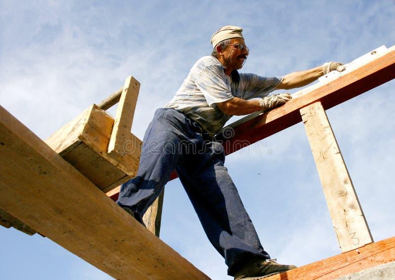 Timmerman die het hout meet royalty-vrije stock foto
