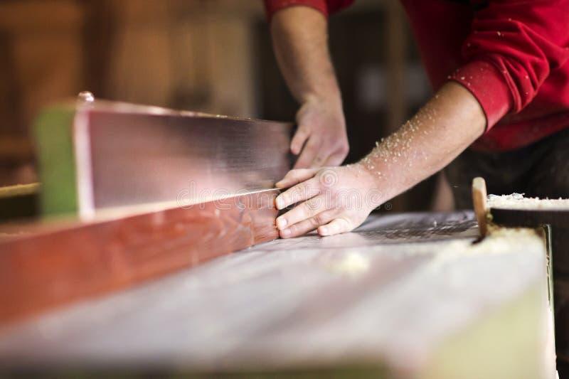 Timmerman die met houten planer werken royalty-vrije stock foto