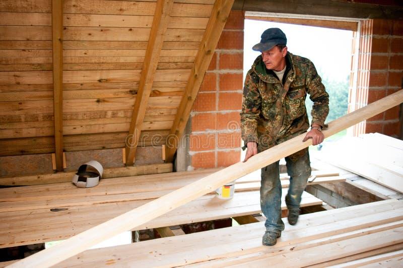 Timmerman die nieuwe vloer bouwt stock afbeelding