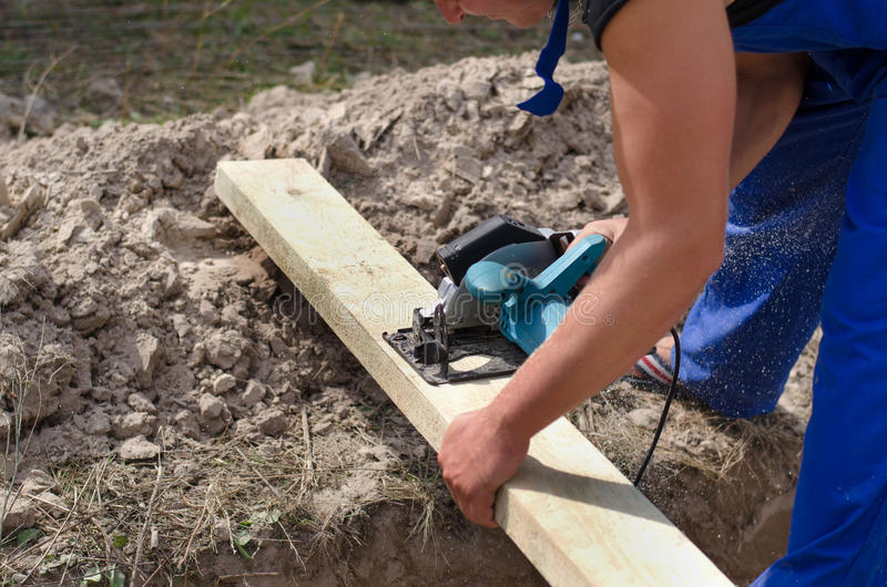 Timmerman of schrijnwerker die aan een bouwterrein werken royalty-vrije stock foto