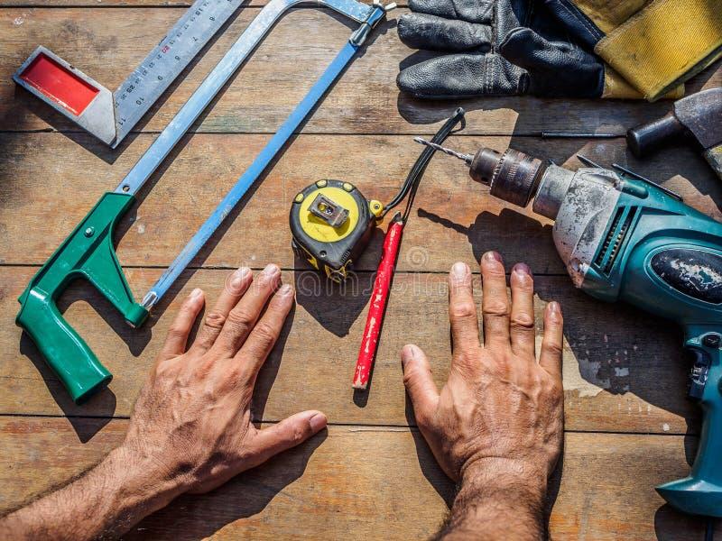 Timmermans` s werkende hulpmiddelen op een houten lijst carpent beroep, stock foto