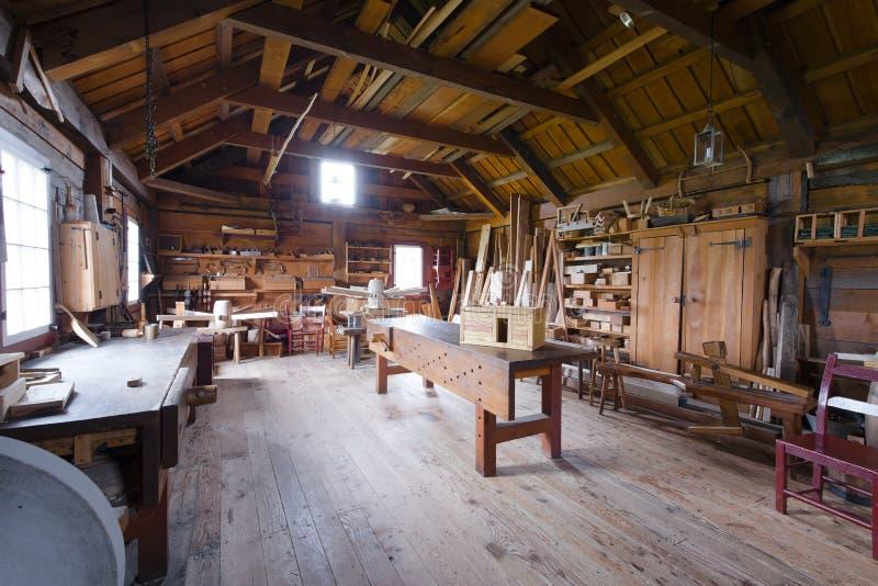 Timmerwerk met hulpmiddelen en houten werkstukken stock afbeelding