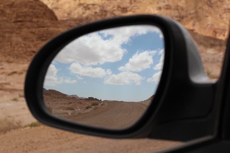 Timna nationaal park in de autospiegel royalty-vrije stock afbeeldingen