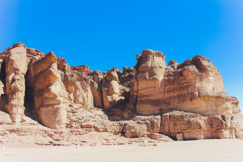 Timna-Park und Solomon Pillars, Felsen in der Wüste, Landschaft in der Wüste Kleine Felshügel Steinwüste, rot lizenzfreies stockfoto