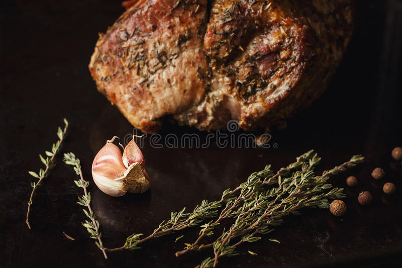 Timo, aglio e pepe sul nero fotografia stock libera da diritti