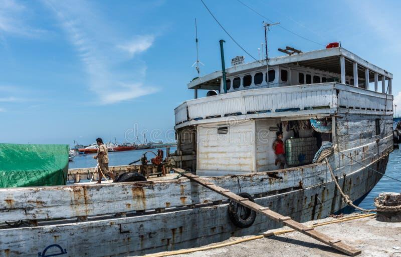 Timonera del barco en el puerto viejo de Paotere de Makassar, Sulawesi del sur, Indonesia imagen de archivo