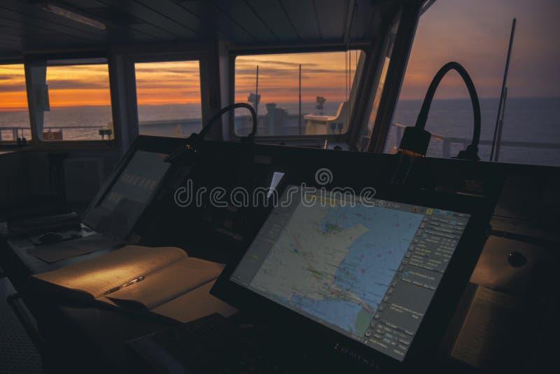 Timonerie dans le bateau moderne avec ECDIS et carnet de pont photographie stock libre de droits
