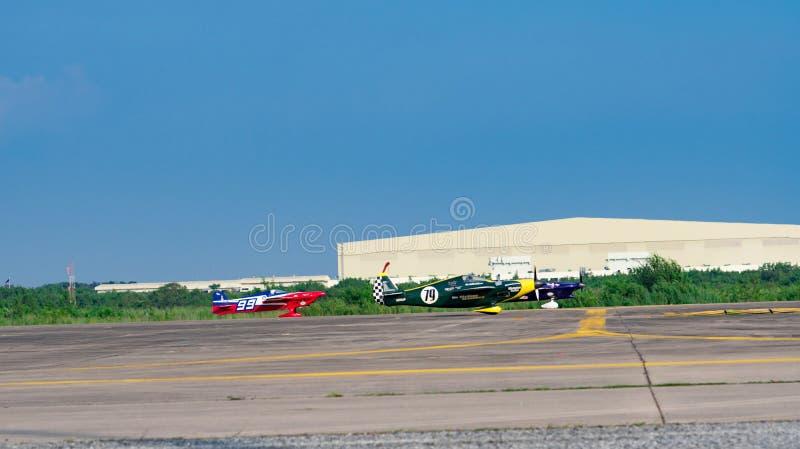 Timothy E Avion du ` s de cône aucun 99 et avion de ` s de Justin Phillipson aucun 79 décollent dans la coupe du monde de la cour images stock