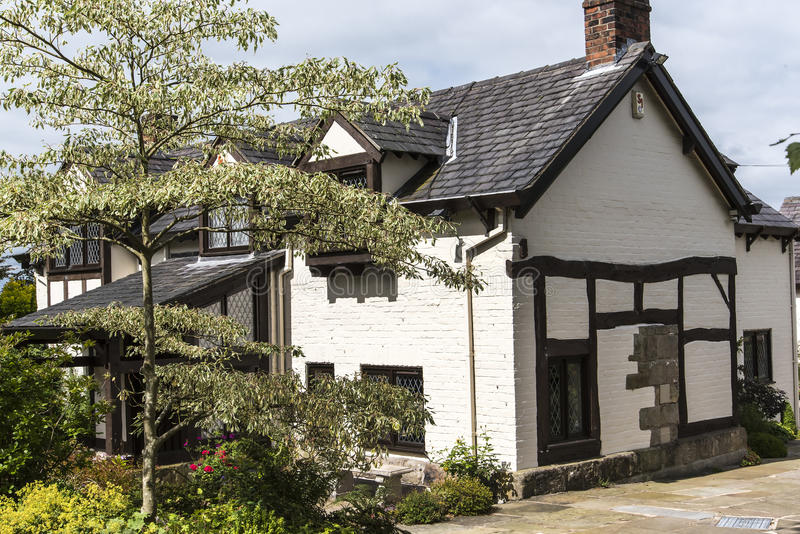 Timra den inramade stugan nära den Alderley kanten i Cheshire Countryside arkivfoton