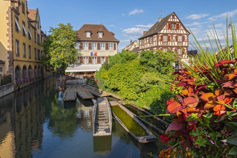Timrad hus och kanal med utfärdfartyg i lilla Venedig, La liten och nätt Venise, Colmar, Alsace, Frankrike royaltyfri foto