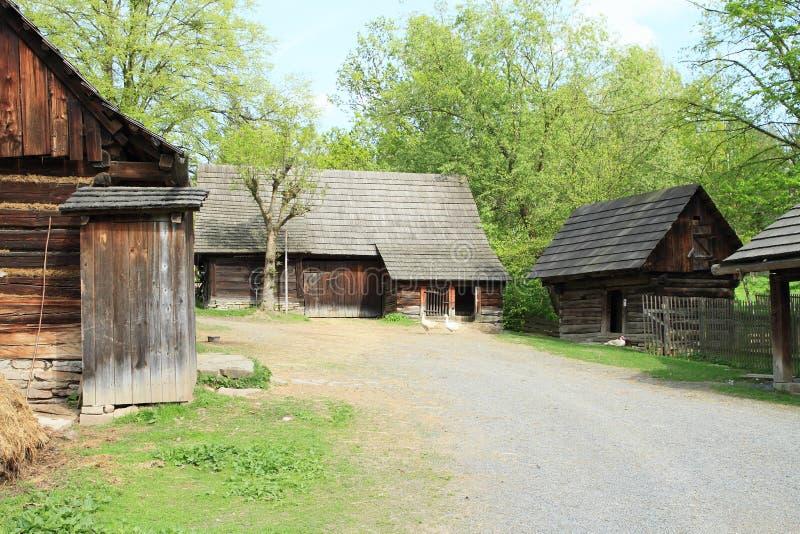 Timrad hus och toilette royaltyfri foto