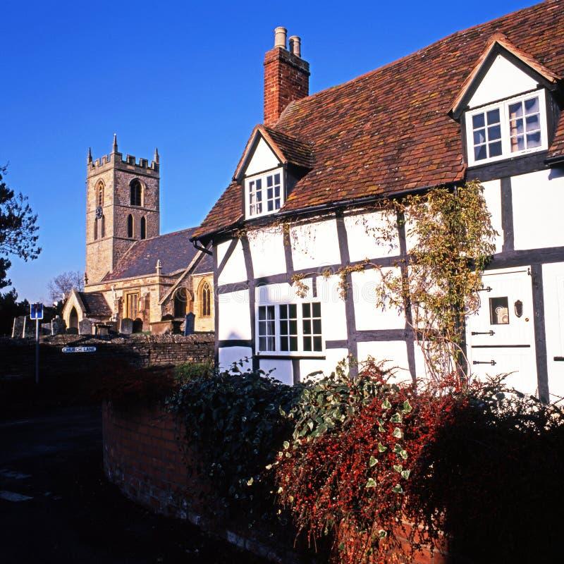 Timrad stuga och kyrka, Welford-på-Avon arkivfoto