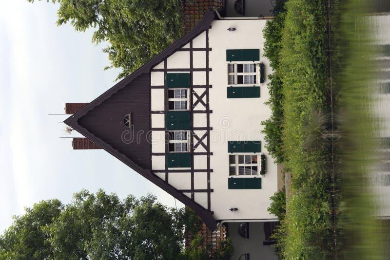 timrat hus arkivfoto