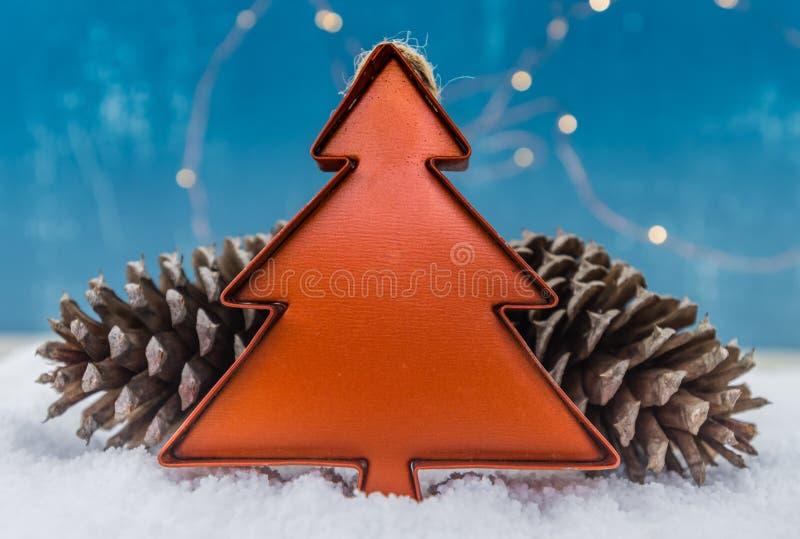 Tin Christmas Tree Ornament met Denneappels stock foto