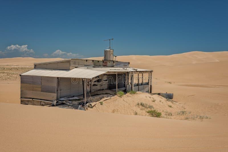 Tin City, hangars de bidon sur les dunes de sable de Stockton images stock