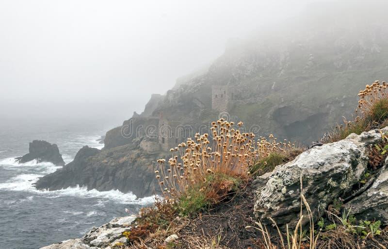 Tin Mines en la niebla del océano fotografía de archivo