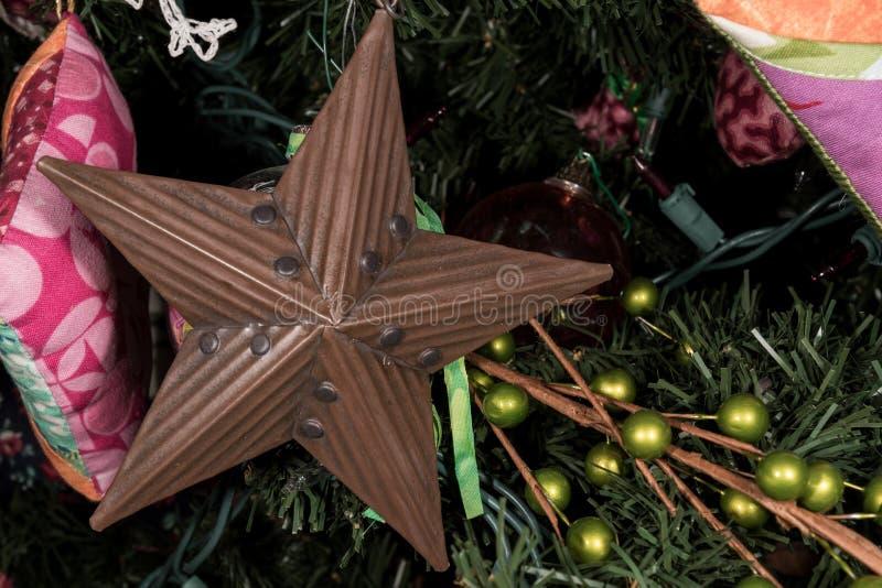 Tin Star Ornament op Kerstboom royalty-vrije stock fotografie