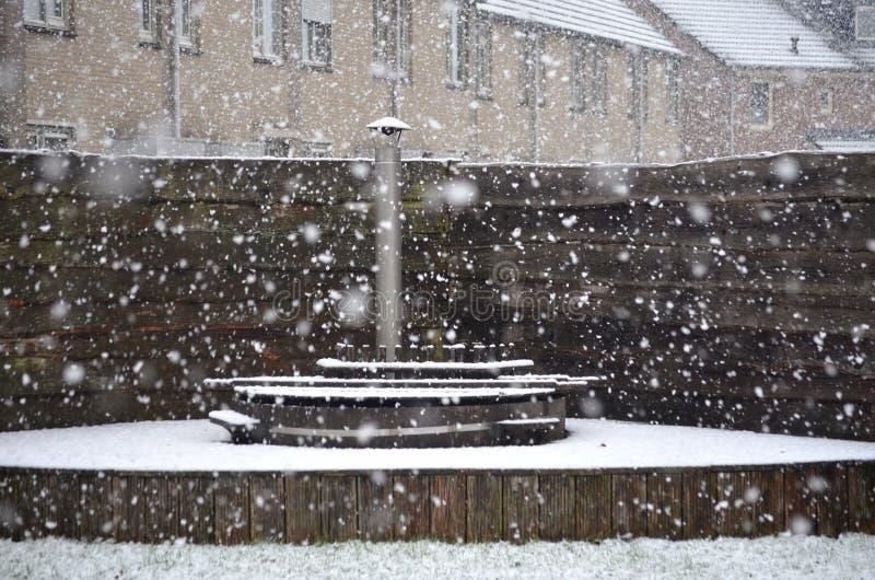 Tina caliente cubierta por la nieve imagen de archivo libre de regalías