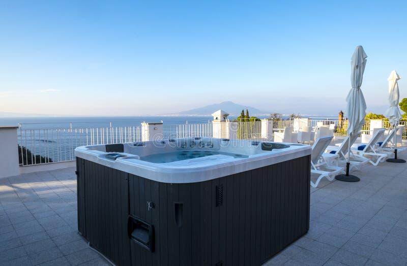 Tina caliente en un tejado el monte Vesubio de desatención superior del centro turístico y el mar Mediterráneo foto de archivo