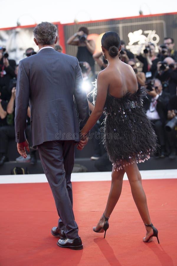Tina Kunakey et Vincent Cassel images libres de droits