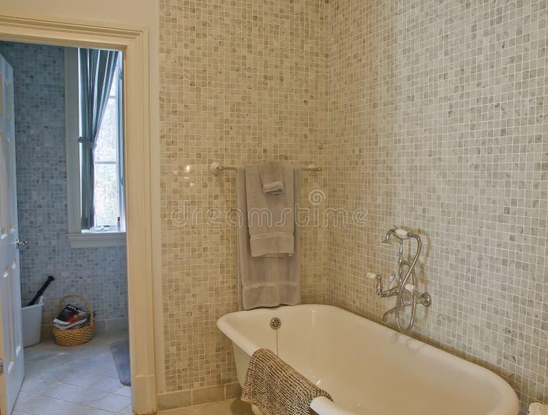 Tina pasada de moda en cuarto de baño del azulejo de mosaico imágenes de archivo libres de regalías