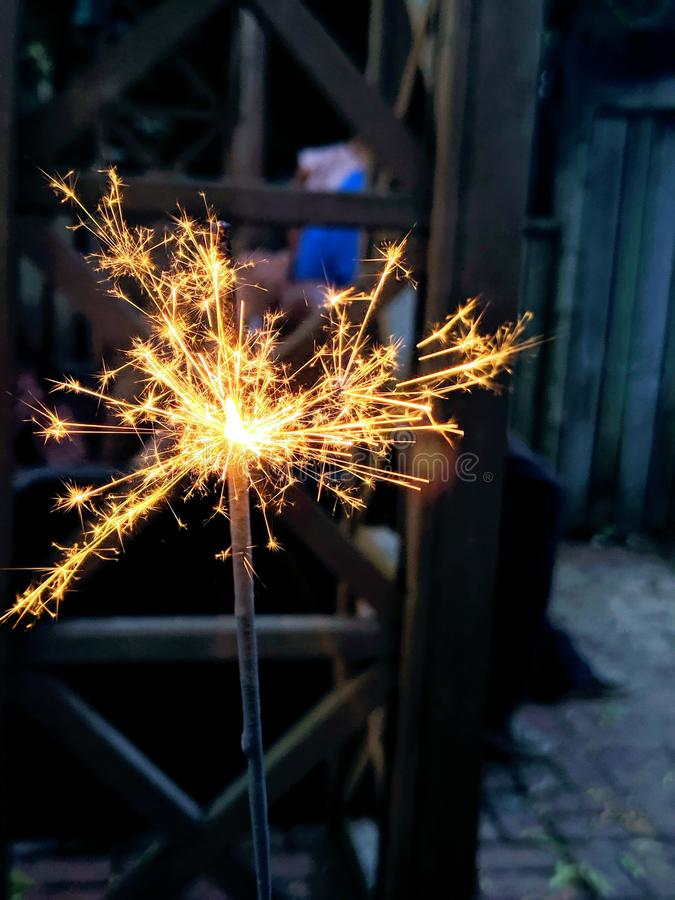 ?tincelle pendant la nuit photo libre de droits