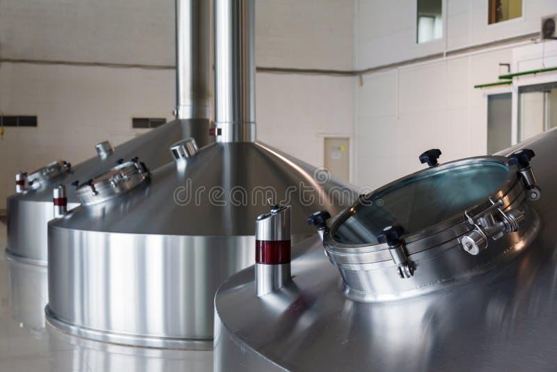 Tini d'acciaio di fermentazione sulla fabbrica del fabbricante di birra immagini stock libere da diritti