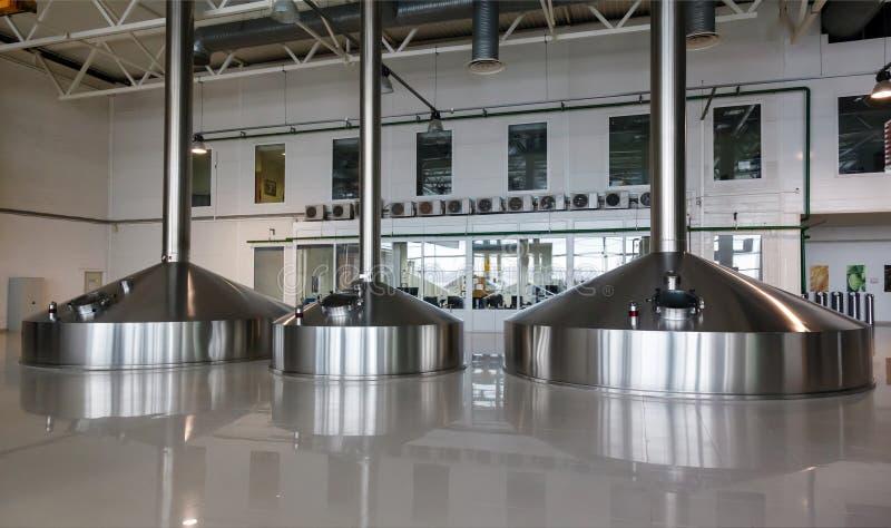 Tini d'acciaio di fermentazione sulla fabbrica del fabbricante di birra fotografia stock libera da diritti