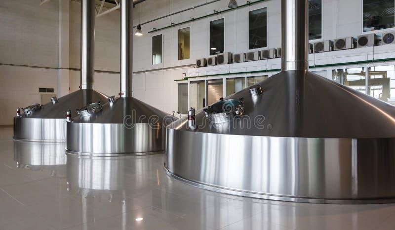 Tini d'acciaio di fermentazione sulla fabbrica del fabbricante di birra fotografia stock