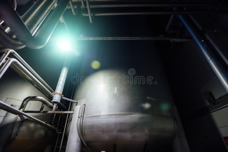 Tini d'acciaio industriali collegati dalla conduttura immagine stock
