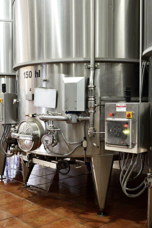 Tini di fermentazione del vino immagini stock