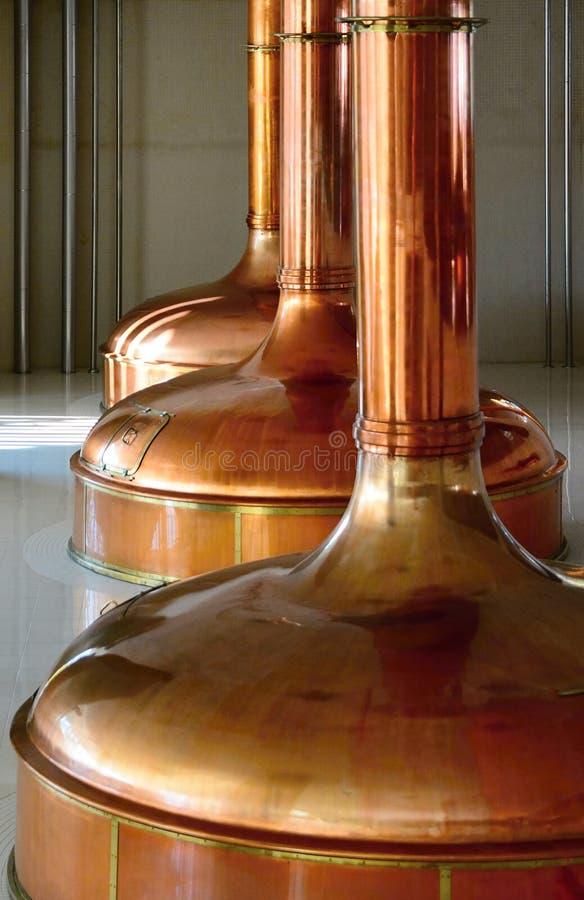 Tini di rame di fermentazione della birra fotografie stock libere da diritti