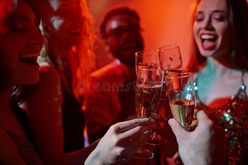 Tinido com champanhe imagens de stock