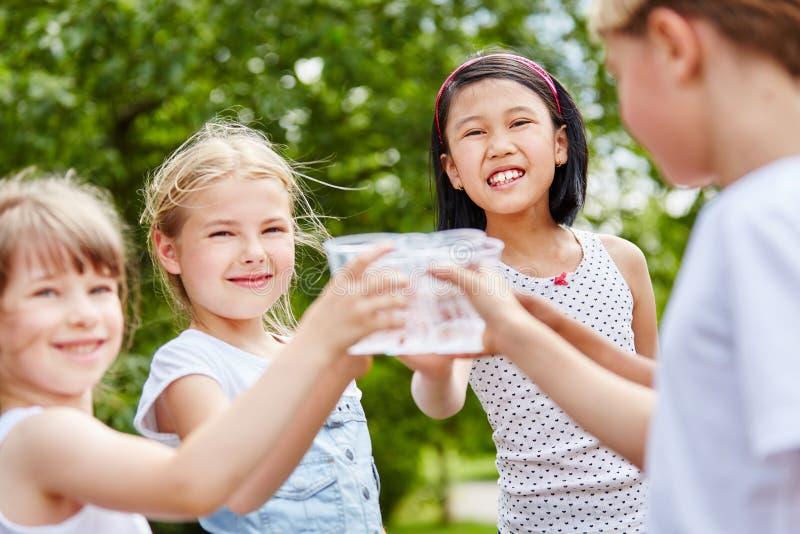 Tinido de três meninas seus vidros imagem de stock
