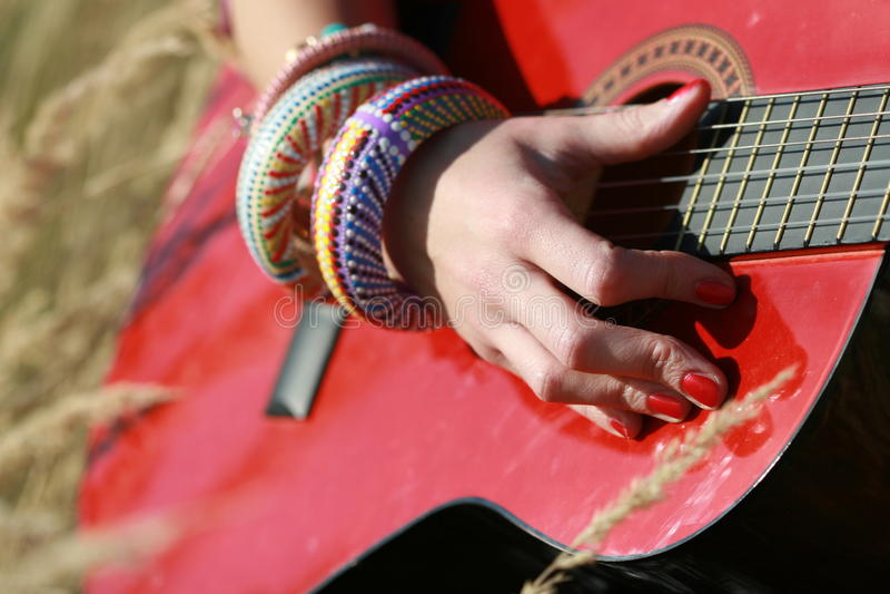 Tinido em uma guitarra imagem de stock royalty free