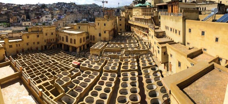Tinja reservatórios no curtume em Fes, Marrocos, onde o couro marroquino mundialmente famoso é feito imagem de stock royalty free