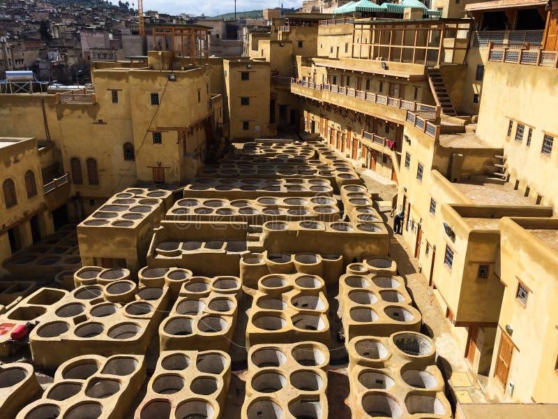 Tinja reservatórios no curtume em Fes, Marrocos, onde o couro marroquino mundialmente famoso é feito imagens de stock royalty free