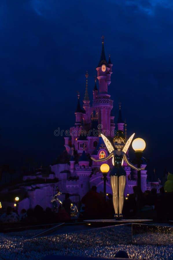 Tinkerbell μπροστά από το κάστρο στοκ φωτογραφία με δικαίωμα ελεύθερης χρήσης