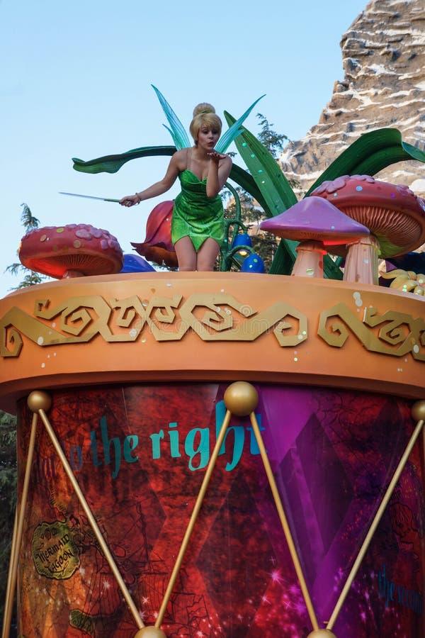 Tinkerbell alla parata di fantasia di Disneyland fotografia stock libera da diritti