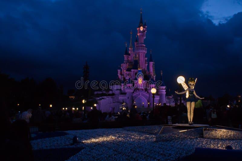 Tinkerbell davanti al castello immagini stock libere da diritti