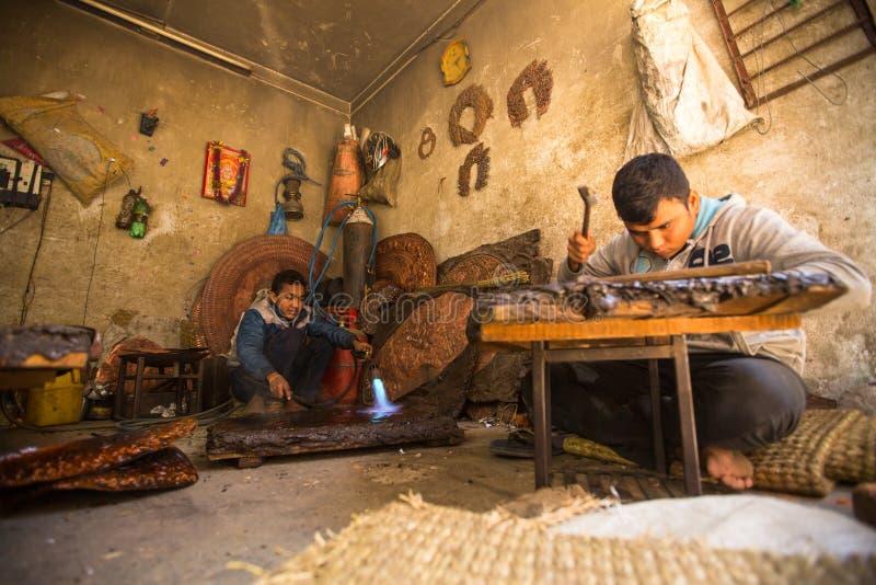 Tinman nepalês não identificado que trabalha em sua oficina imagem de stock