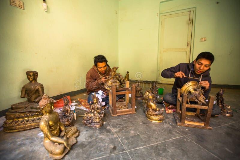 Tinman nepalese non identificato che lavora nella sua officina fotografia stock libera da diritti