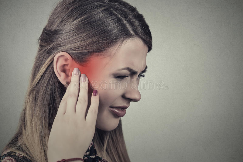 tinnitus Больная молодая женщина имея боль уха стоковая фотография rf