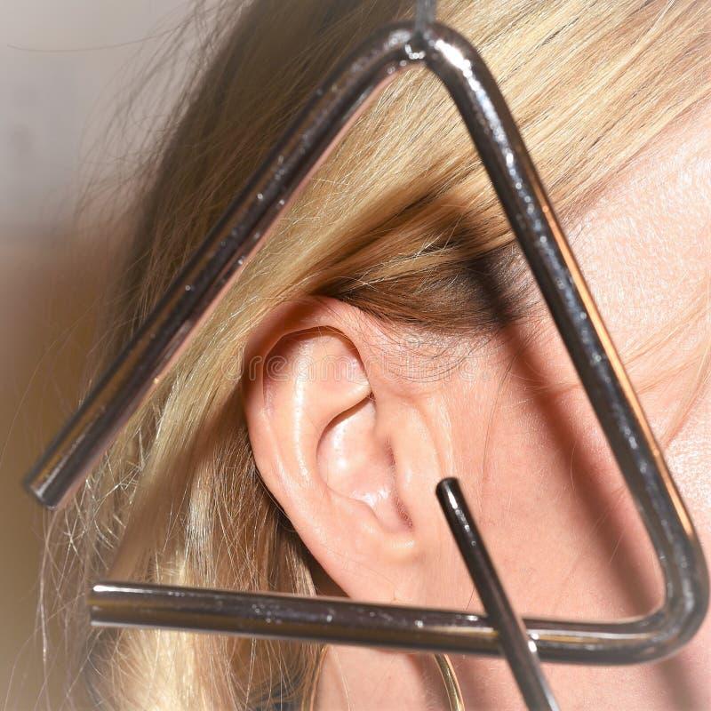 Tinnitus или известный также звенеть в ухе стоковые изображения