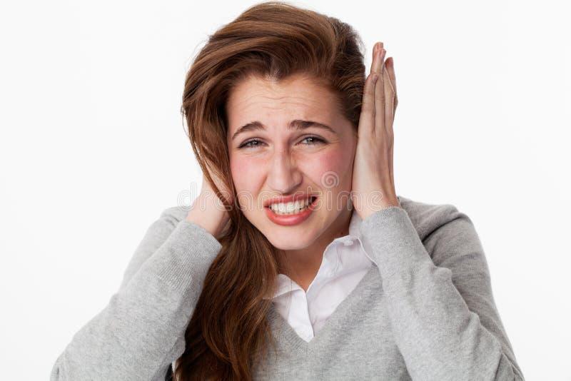 Tinnitusbegrepp, nervöst 20-talkvinnalidande från malande tänder för huvudvärk royaltyfri foto