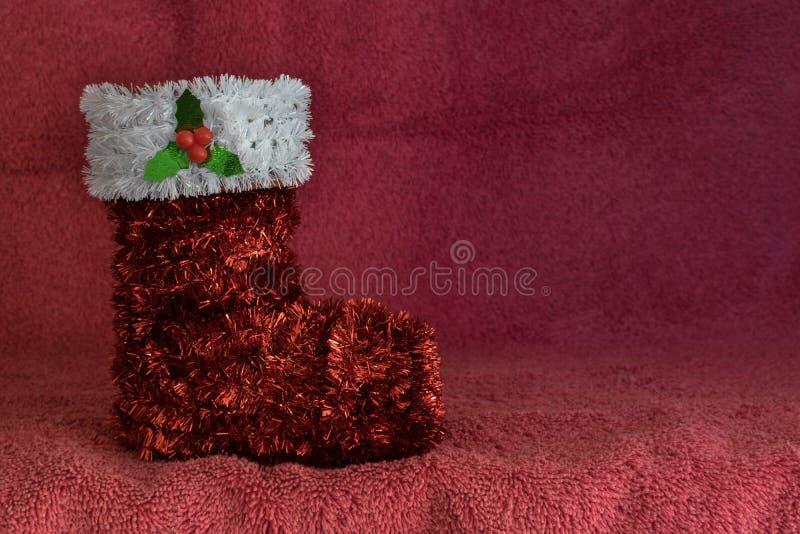Tinsel Christmas-kousornament op een rode achtergrond stock afbeelding