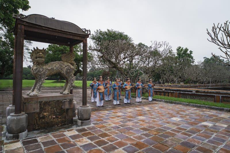 TINT, VIETNAM - Januari 6, 2019: De Vietnamese musici spelen oude traditionele muziek in Dai Noi Palace of het Paleis van stock afbeelding