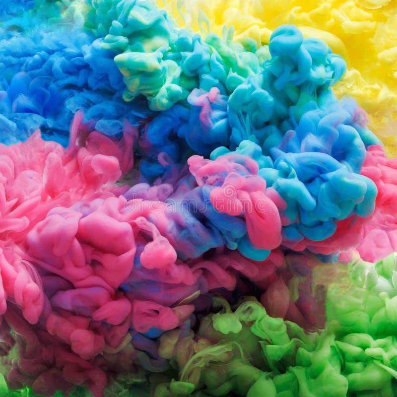 Tinta acrílica colorida na água isolada abstraia o fundo Explosão da cor fotografia de stock